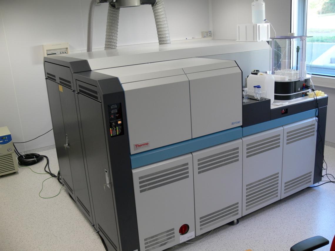 Le NEPTUNE est un un spectromètre de masse à multicollection couplé à un plasma inductif (MC-ICPMS).  L'échantillon, sous forme liquide ou solide (ablation laser), est introduit par un nébuliseur dans une chambre de nébulisation. L'aérosol produit est injecté dans un plasma d'Ar (~ 8000°C) qui désolvate, atomise et ionise les éléments présents dans l'échantillon. Les ions générés sont ensuite accélérés dans le spectromètre de masse, focalisés en un faisceau d'ions et séparés en fonction de leur rapport m/z par un secteur magnétique. Les isotopes sont finalement collectés simultanément par un ensemble de détecteurs.  Le NEPTUNE de l'Ifremer est équipé de 9 cages de Faraday, 1 compteur d'ions axial (SEM), précédé d'un filtre en énergie optionnel pour atténuer les décroissances de pics (ex: U, Th) et de 2 mini-compteurs d'ions (MIC). Les 9 cages de Faraday peuvent être associées au choix à 8 amplificateurs à résistance 1011Ω, 1 amplificateur à résistance 1010Ω, ou 1 amplificateur à résistance 1013Ω.  Il est possible de travailler selon 3 résolutions (LR: Basse Résolution: 400; MR: Moyenne Résolution: 4000; HR: Haute Résolution: 10000).  Le NEPTUNE est installé depuis Août 2007 (photos de l'installation) dans l'unité Géosciences Marines de l'Ifremer. Son acquisition en a été financée par l'Ifremer, les fonds FEDER, la Région Bretagne et le Département du Finistère.  Pour toute demande d'analyses, merci de contacter Anne Trinquier